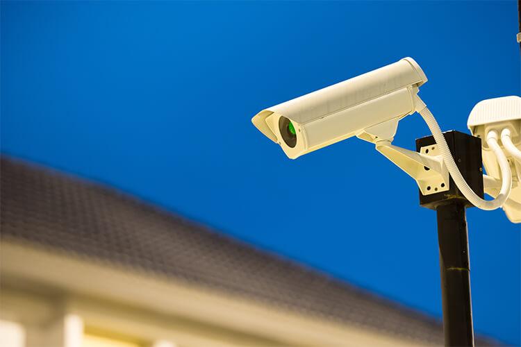 Las cercas eléctricas y el equipo de vigilancia ideal para disminuir el riesgo de robos